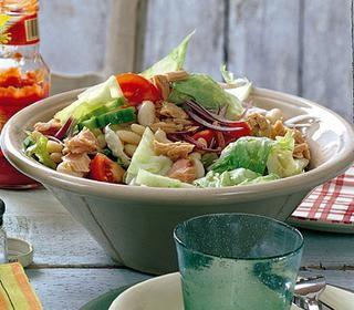 Karışık yeşillikli ton balıklı salata